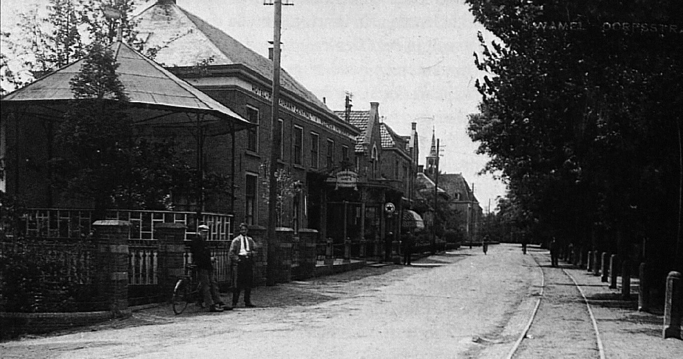 Op deze foto zijn duidelijk de marktpalen zichtbaar, die zo lang het beeld van de Wamelse Dorpsstraat bepaalden. Het zijn de palen die in de brief van 1863 genoemd worden.