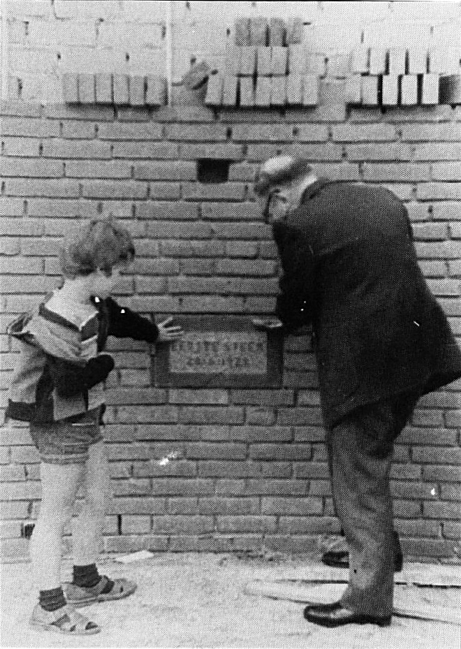 Pastoor Kurstjens legt samen met Marcel Zondag -de jongste leerling van de school- de eerste steen voor het nieuwe schoolgebouw.