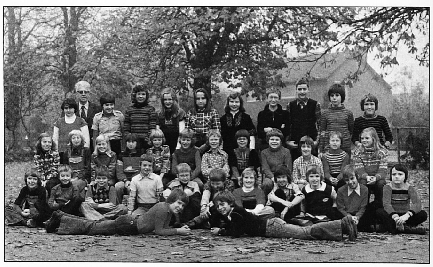 Schoolfoto uit 1977. Vooraan liggend: H. Hommerson en Michel Berghege. Eerste rij v.l.n.r.: Marion van Ingen, Dicky de Beus, Hugo Zegwaard, J. v. lngen, K. van lngen. S. van lngen. Rian van Beem, René van Maurik, Jan van lngen, J. Zegwaard, P. Wijgerse. Tweede rij: B. Berghege, Adri Ernste, lrma Taal, J. v. Verseveld, H. Rutjens, B. Taal, R. v. Verseveld, P. Oosterhuis, Marco de Ruiter, W. van Maurik, Eric Verhoef, K. Willekes. Achterste rij: A. Ernste, Meester Uyterlinde, Carla Verkerk, J. v. Valburg, L. v. Doesburg, L. Verkerk, Maria van Zuidam.