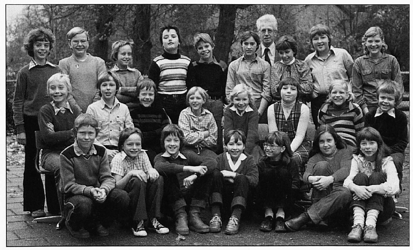 Schoolfoto uit 1979. Voorste rij v.l.n.r.: René v. Verseveld. Alex Frederiks, W. van Maurik,(?) Verkerk, (?) Beernink, Ingrid Liese, ..... Middelste rij : Bert Staal, Christian Molenaar, Christian Rutjens, Corrie van Ingen, Y. van Ré, (?) Verhoeven, J. van Bemmel, Fr. de Beus. Achterste rij: Johnie van lngen, K. van Ingen, ..... , P. Wijgerse, H. Zegwaard, J. van Verseveld, Meester Uyterlinde, Marion van lngen, S. van lngen, Rian van Beem.