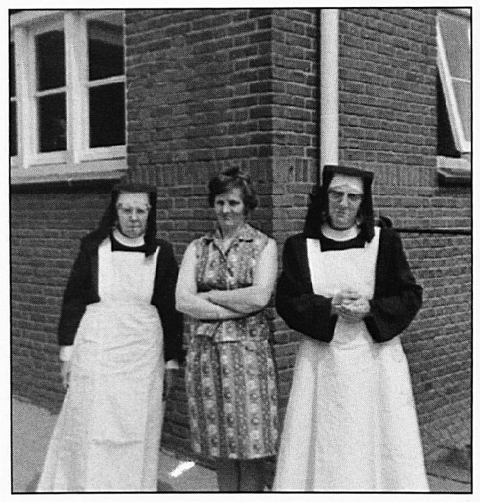 Rechts Zuster Bertranda, midden Juffrouw Lies Arts en links Zuster Joachim.