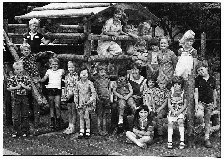 Vooraan zittend: Claudy Rikken. Eerste rij, v.l.n.r.: Wobke Gerrits. Ferdy v. Verseveld, Michel Melsen, Renske Bouman, Eelco van Doorn, Esther Zondag, Juffrouw Trees Schoffelmeer, Linda Lamers, Wayne van Doesburg, Saskia van Rossum, Jean Pierre Stevens. Op de trap links: Jacco Thijssen, Arjan Janssen en Wiliam Looman. Onder het afdakje: Chantal Janssen, Marc van Rossum en Christel van Maurik. Het rijtje boven Juffrouw Trees v.l.n.r.: Sander Feekes, Mirella van Duijnhoven, Sharon Keulers en Tamara Seelen.