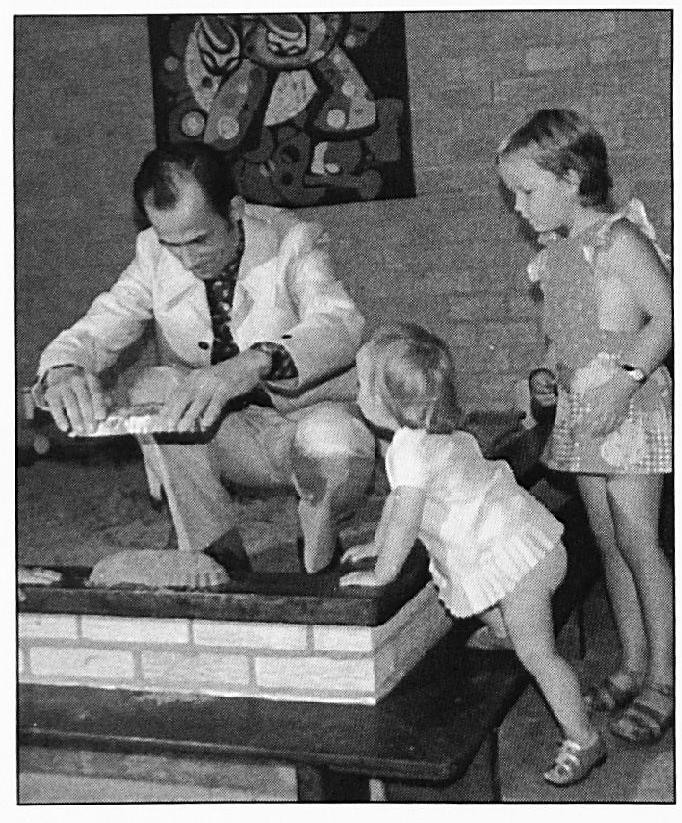 De opening van de Ukkesoos werd verricht door de Wamelse huisarts dokter Stevens.
