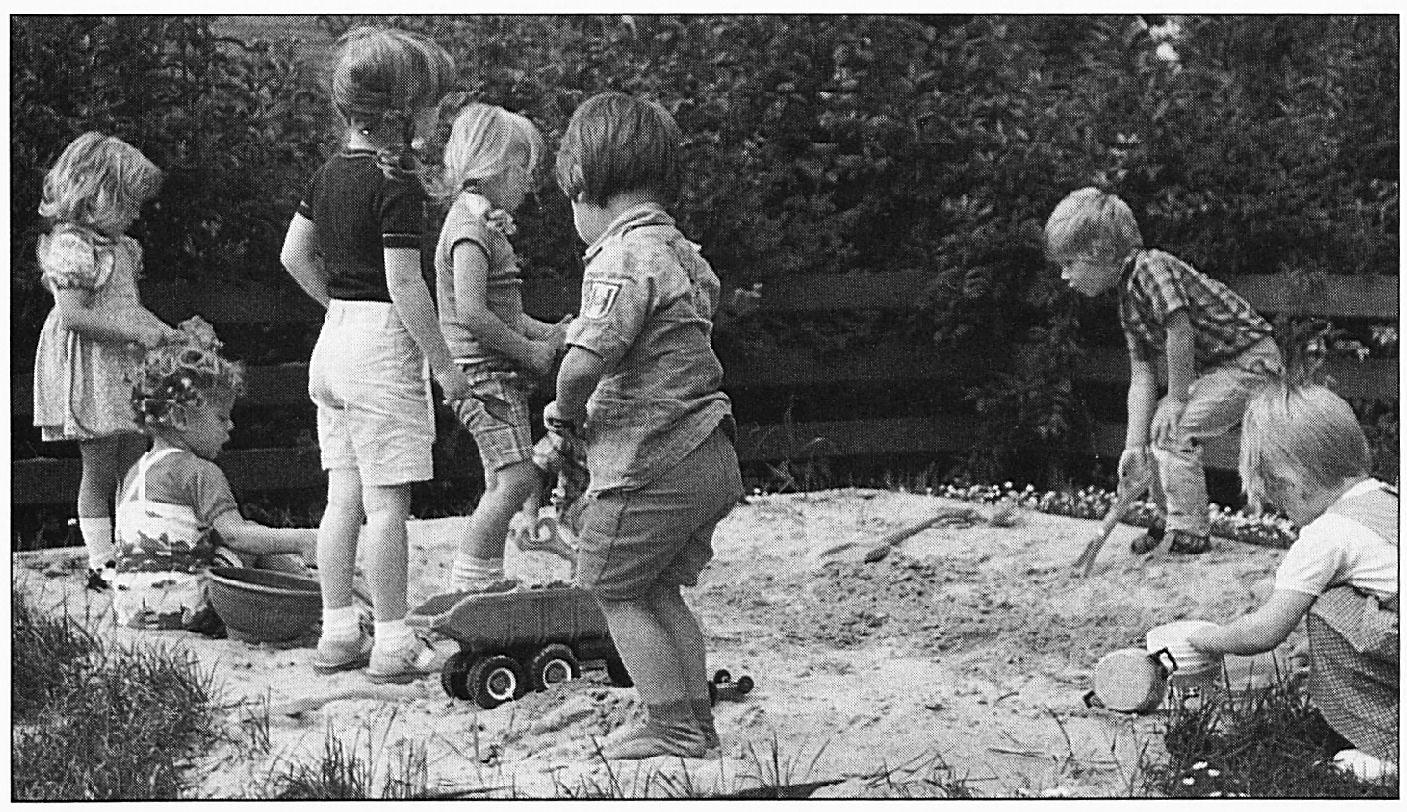 Afbeeldingsresultaat voor kinderen spelen in zandbak vroeger