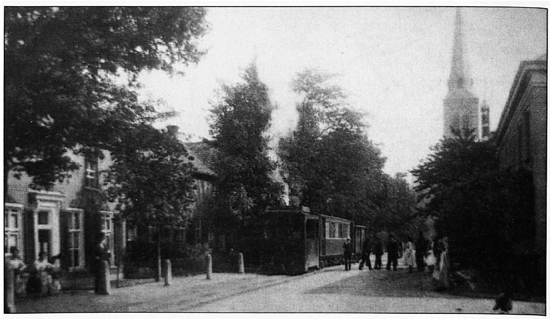 De stoomtram in de Dorpsstraat, ongeveer ter hoogte van de Harmonie zaal.