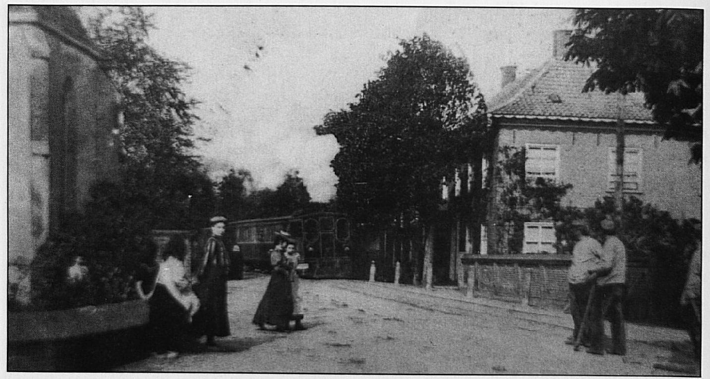 Zo kwam de tram de hoek om bij de Ned. Herv. kerk, als deze van het tramstation af in de richting Druten vertrok.