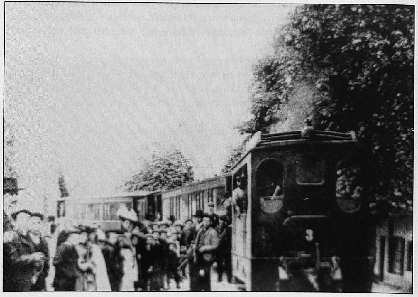 De grote drukte bij het Wamelse tramstation tijdens de bedevaart naar Kevelaar.