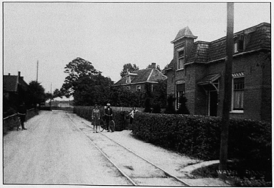 De trambaan in de Dorpsstraat. Goed is te zien, dat het tracé hier precies aan de noord zijde van de straat ligt, terwijl in de Hogeweg de lijn aan de zuid zijde lag.