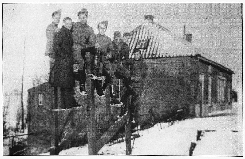 De smederij van Berkvens aan de Waalbandijk, bij de afslag van de Oude Waalsteeg eind 1944 werd dit pand door de Duitsers in brand gestoken.