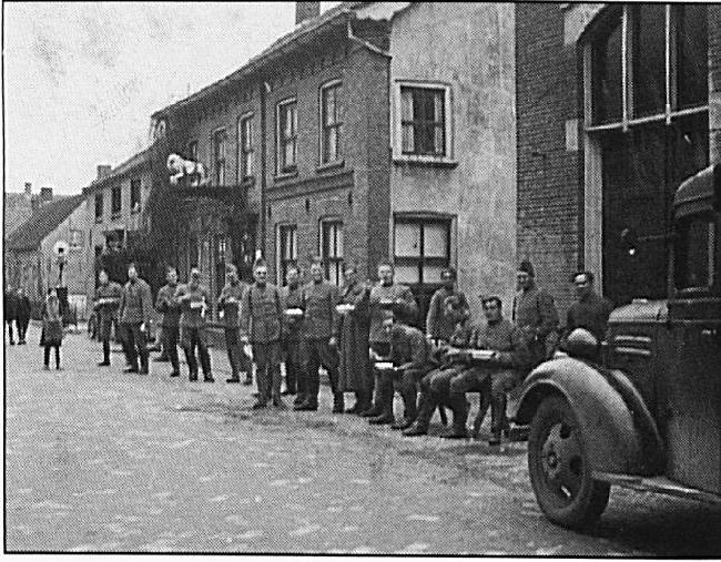 Ingekwartierde soldaten voor de Harmoniezaal.