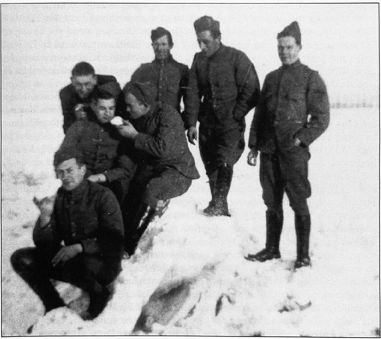 Een dergelijk poollandschap kwam in vroeger dagen vaker voor. Deze foto van soldaten tijdens de mobilisatie is midden op de Waal gemaakt.