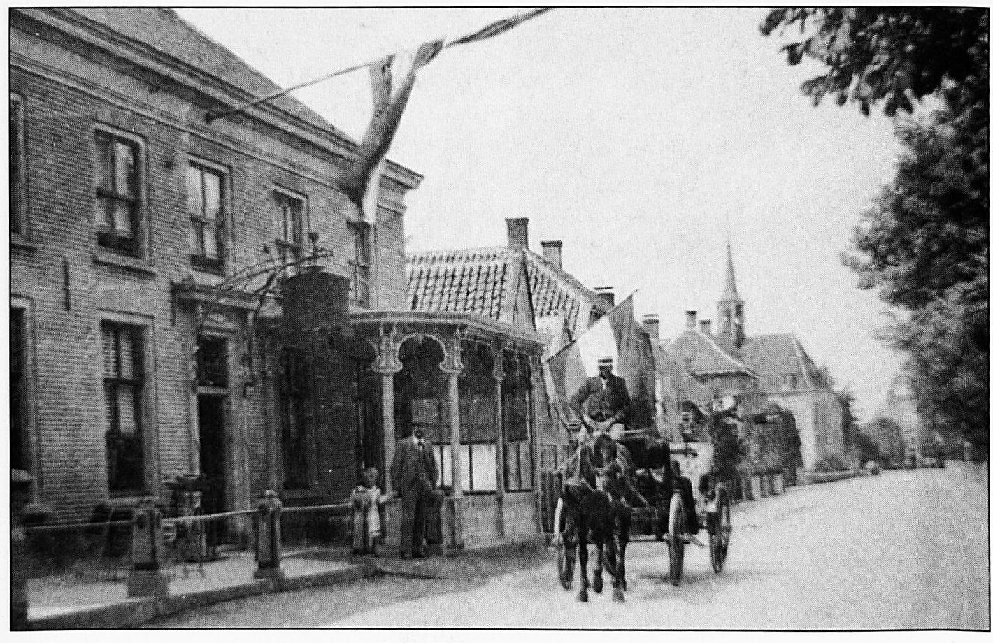 Deze foto van voor de oorlog is genomen op Koninginnedag. Wie kon toen vermoeden, dat op de plaats juist achter de koets, bij de afslag naar de Wilhelminastraat, in de nacht van 13 op 14 juli 1944, Hanny Rutten vermoord zou worden.