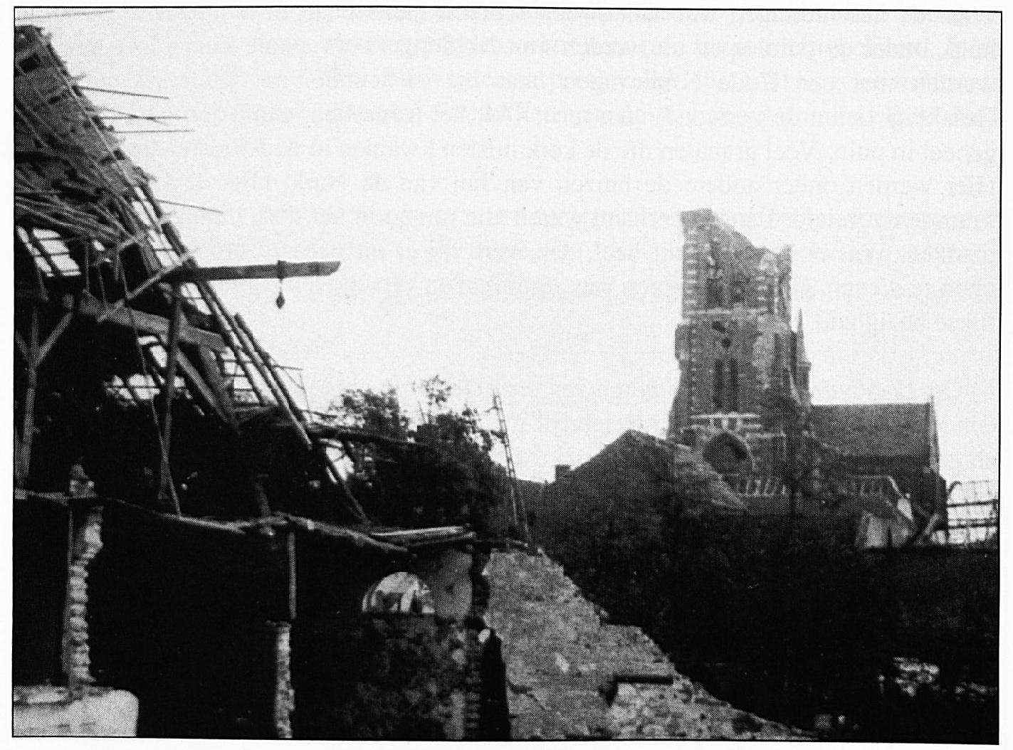 """De vernielingen die aangericht werden door de """"vliegende bom"""" die op de schuur van Rutten viel."""