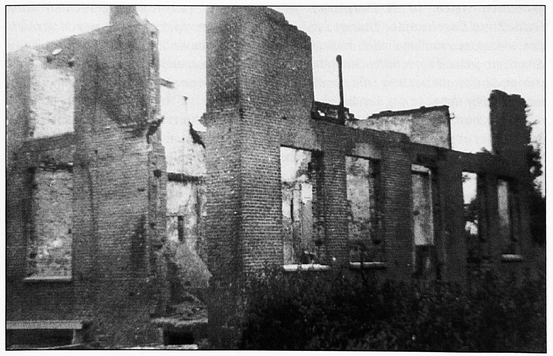 """Het huis van de familie Pompen dat vernield werd door brand. De oorzaak was waarschijnlijk onvoorzichtigheid met benzine, veroorzaakt door ingekwartierde soldaten die een kachel of kooktoestel wat al te enthousiast wilden """"opstoken""""."""