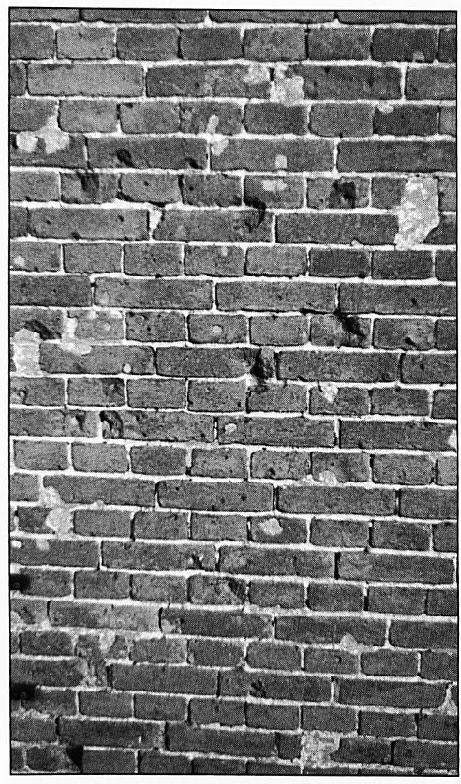 Tot op de dag van vandaag zijn de sporen van de Tweede Wereldoorlog terug te vinden. Hoewel de gaten hier en daar bijgewerkt zijn, ziet men duidelijk de inslagen van kogels en granaatscherven in dit stukje muur. Het is de gevel van het huis van Jan en Mien van Sommeren aan de Oude Waalsteeg.