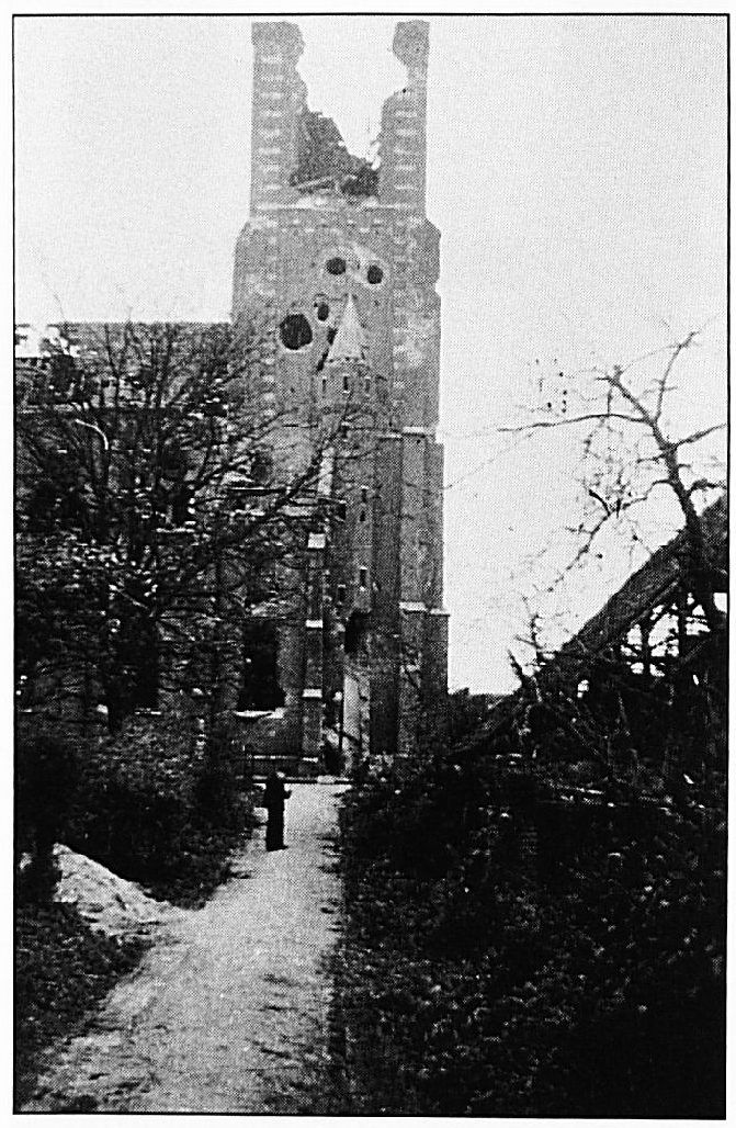 De R.K. Kerk gefotografeerd vanuit het straatje naast De Rouwenburg.