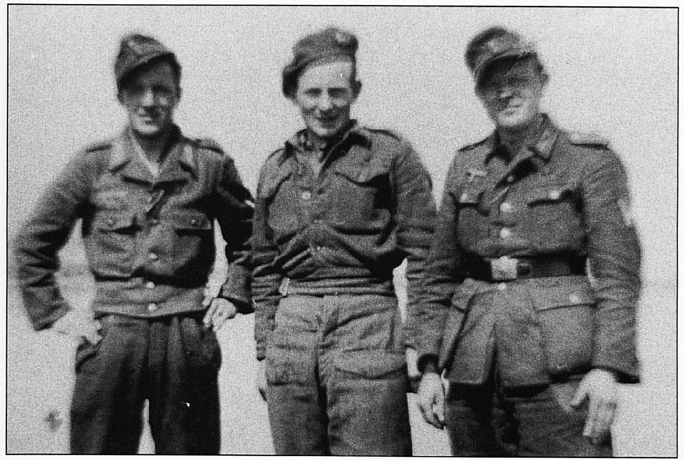 Dezelfde Duitse soldaten, als op de vorige afbeelding, met een Belgische soldaat die met deze krijgsgevangenen op de foto wilde op de Wamelse veerstoep.