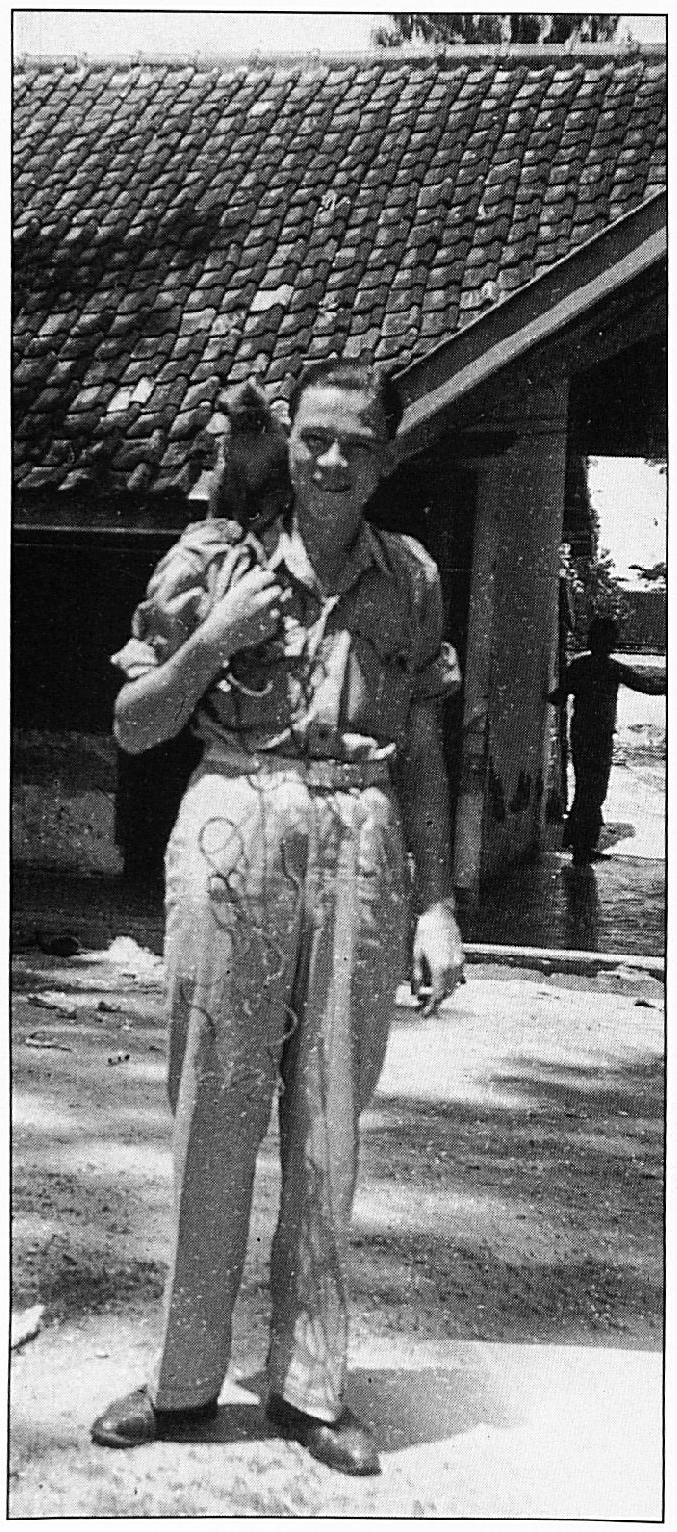 Antoon van de Bos in november 1948 in Sampang Madoera, met een aapje op zijn schouder.