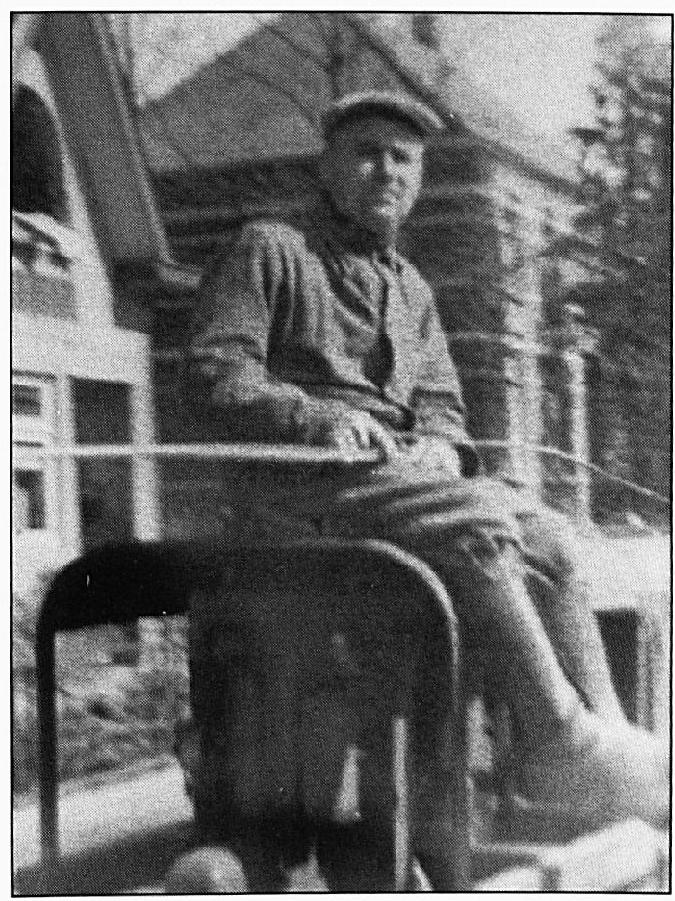 """De Heer Wim van Wel, de eerste """"aardappelspuiter"""" in Wamel. Hij deed dit werk voor de werkliedenvereniging. Hij zorgde er rond 1938 voor dat de Coloradokever onschadelijk gemaakt werd. De kosten bedroegen drie-kwart cent per roede."""