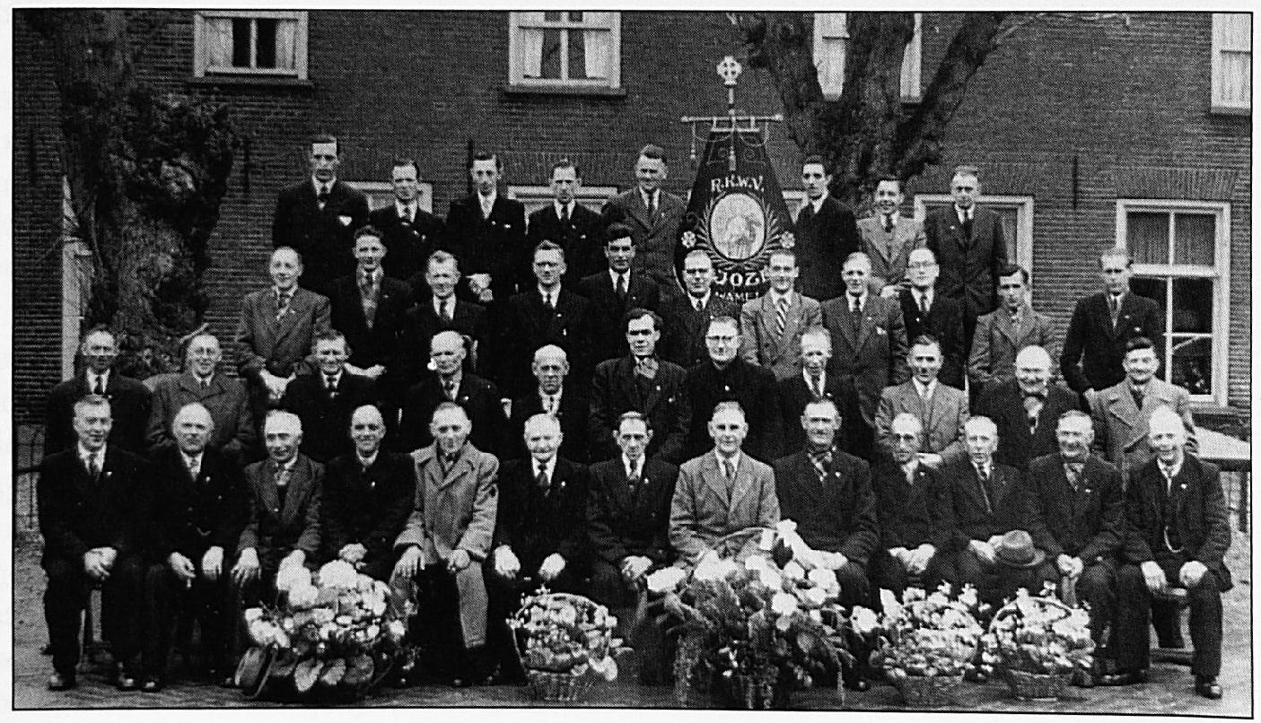 Bestuursleden en jubilarissen van verschillende vakbewegingen uit Wamel anno 1950. Eerste en tweede rij van boven, v.l.n.r.: P. van Lent, A. Martens, D. Visee, J. Martens, B. Gerritsen, J. Zondag, J. Walraven, A. Zondag, M. van Rossum, J. v.d. Bos, A. v. Rossum, A. Janssen, E. v.d. Linden, F. v. Welie, G. Koolhout, G. Gerritsen, A. Vermeulen, J. Schonenberg, D. Zondag. Derde en vierde rij van boven, v.l.n.r.: D. Gerritsen, J. Zondag, H. Nuy, B. Giesbers, A. Debast, J. Koolhout, Kapelaan Joosten, W. v. Haren, J. Peters, G. Vincent, T. v. Rossum, W. de Keijzer, W. Duifhuis, A. Janssen, B. Janssen, A. Zondag, J. Wijman, P. v. Rossum, J. Merx, P. Koolhout, A. v. Sommeren, P. Domensino, H. Koolhout, T. Huisman.