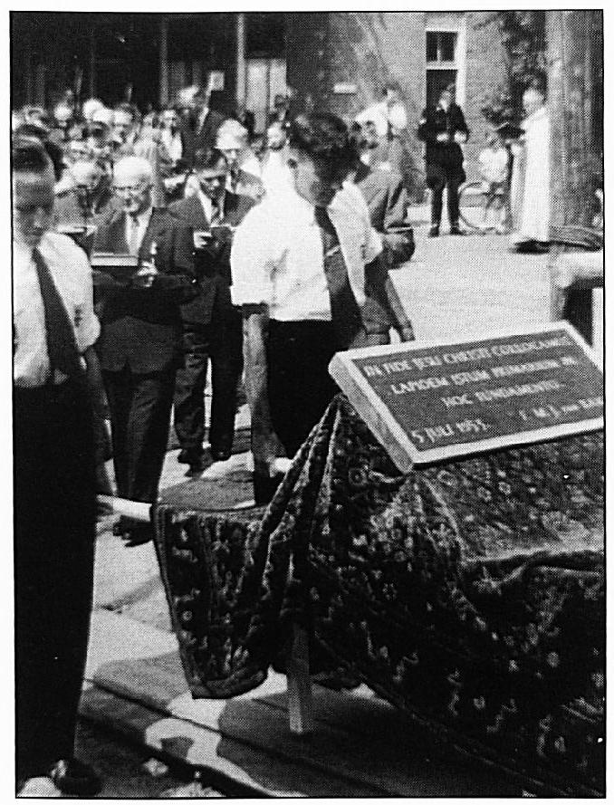 De eerste steenlegging van de nieuwe RK. Kerk. Leden van de KAJ dragen de steen. Links W. van Wel en rechts P. v. Sommeren. Op de achtergrond het kerkkoor met o.a. Hent van Hellemondt, Albert van Dijen en Louis Kalkers.