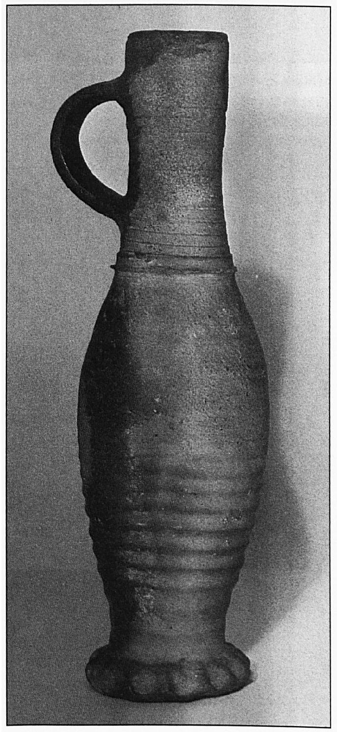 Jacobakan, maar liefst 21 stuks werden er aangetroffen op een diepte van drie meter. Voor het merendeel zijn de scherven ongeglazuurd, zodat we mogen aannemen, dat ze dateren uit de 15de eeuw. De kannetjes danken hun naam aan het feit, dat ze voor het eerst werden gevonden in de slotgracht van het kasteel van Jacoba van Beieren. Sommige kannen hebben het oor rechts, andere links, zo konden bedienden er links en rechts vijf tegelijk meenemen.