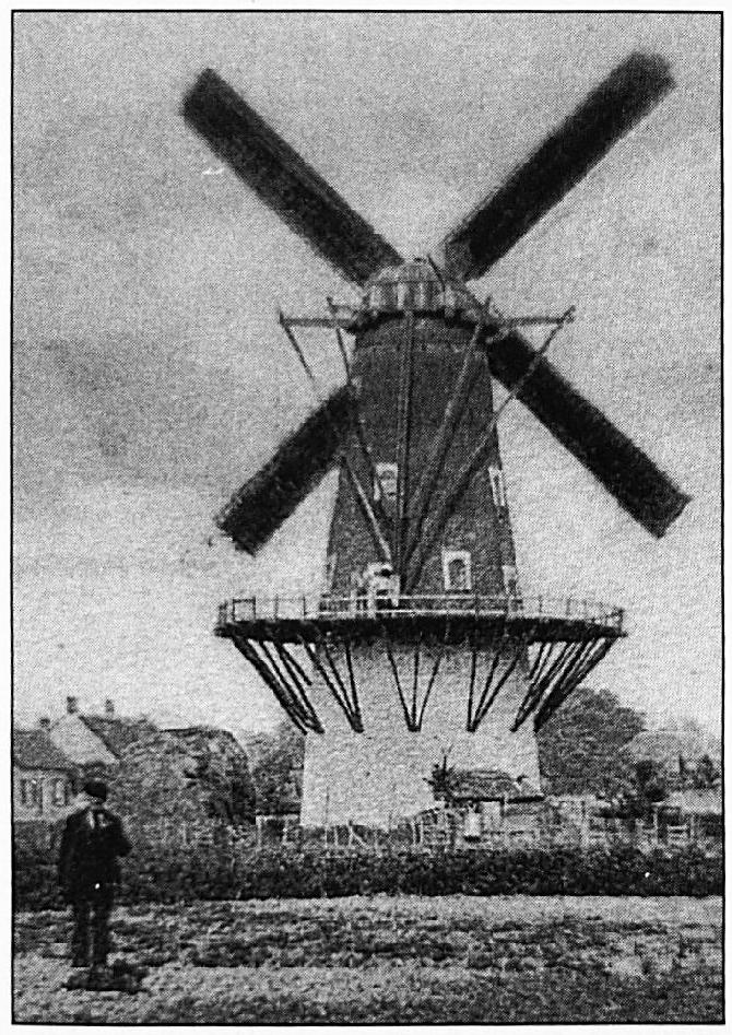De molen aan de Kerkstraat. Deze molen was oorspronkelijk afkomstig uit Uden. Hij werd rond 1870 in Wamel herbouwd en is rond 1914 weer afgebroken.