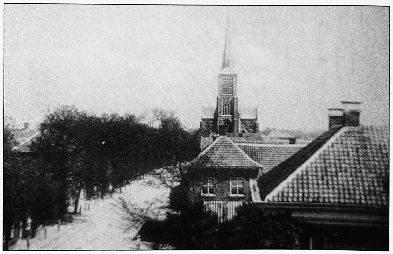 Het onderhoud van de wegen, zoals hier de Dorpsstraat, viel voor het grootste deel onder de verantwoordelijkheid van het bestuur van de dorpspolder.