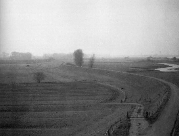 Rechts liggen de rivieren en de uiterwaarden, links het dorp op de oeverwallen en verder naar links de polder.