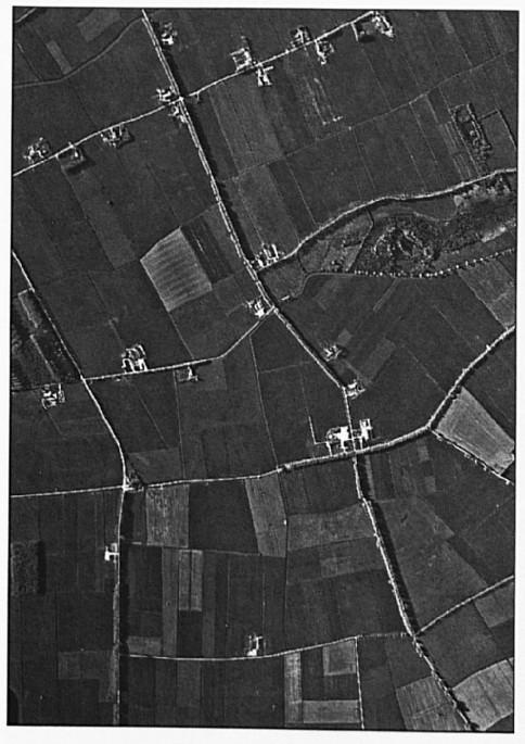 De grootste verandering in meer dan 1000 jaar, onbewoonbaar gebied is bewoonbaar gemaakt... Links de Nieuweweg, de eerste weg rechts is de Hoevenstraat. Rechts ziet men de Hommelstraat.