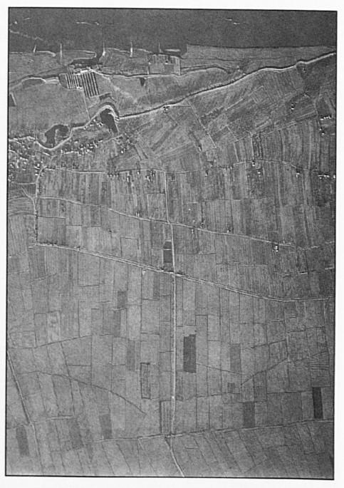 De polder voor de ruilverkaveling. Deze luchtfoto toont duidelijk hoe leeg de polder was. Opvallend is de rookpluim van de steenoven.