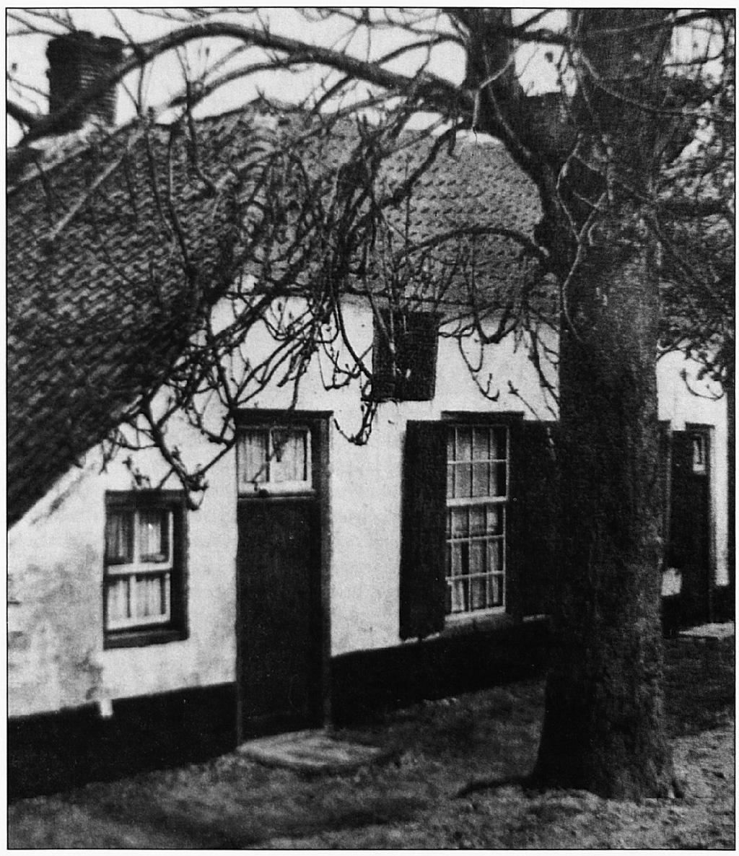Deze woning aan de Dorpsstraat, tegenover het huidige kerkhof van de Ned. Herv. kerk, verdween na zware beschadigingen door het oorlogsgeweld (1944/1945). Het huis komt al voor op etsen uit de 17de en l8de eeuw. Voor de voordeur van deze woning moet dus meermalen een bekisting zijn gemaakt om het rivierwater te weren.