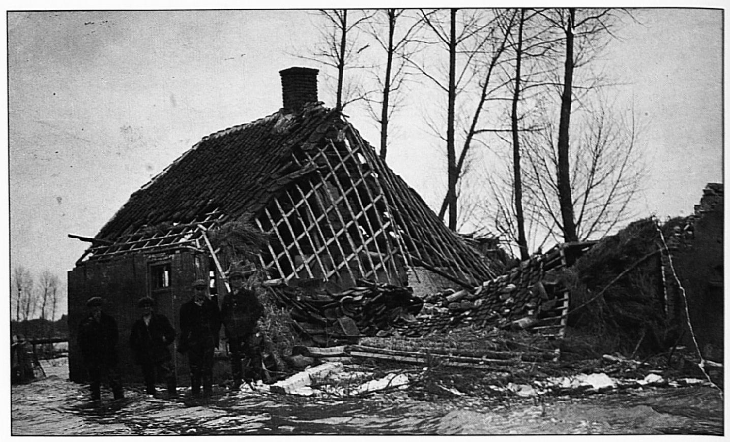 De ruïne van het huis van de familie Thijssen aan de huidige Parkstraat. De foto geeft een goed beeld van de verwoestende kracht van het water. V.1.n.r.: Antoon, Johan, Kees en Bart Thijssen.