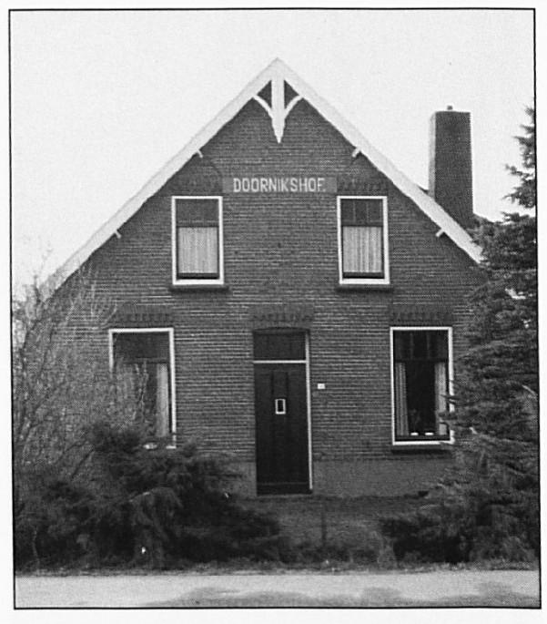 """De boerderij """"Doornikshof aan de Van Heemstraweg hemelsbreed ongeveer 500 meter ten westen van de straat """"De Doornik""""."""