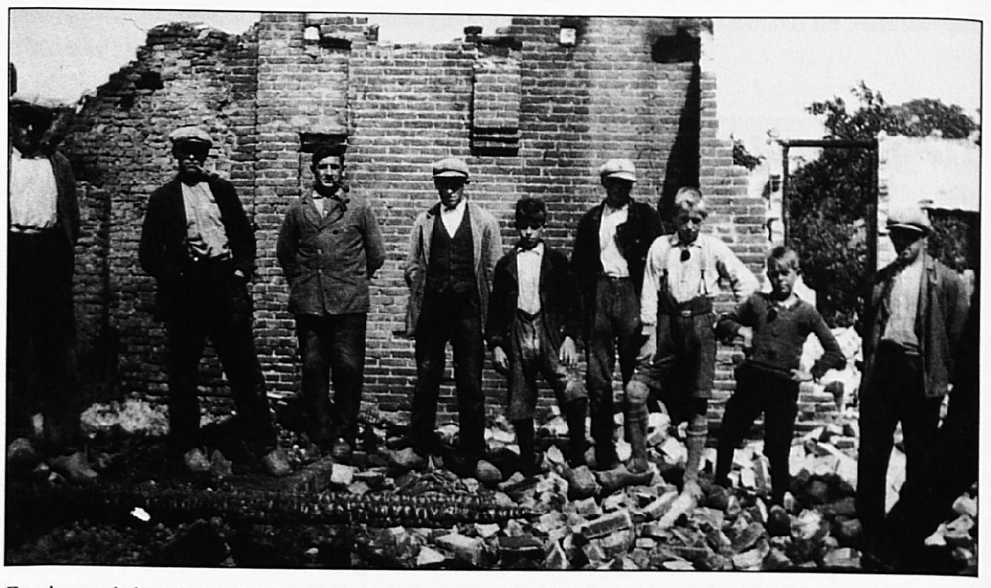 """Foto's van de brand, waarbij de oorspronkelijke hoeve """"De Hollenhof"""" verwoest werd"""