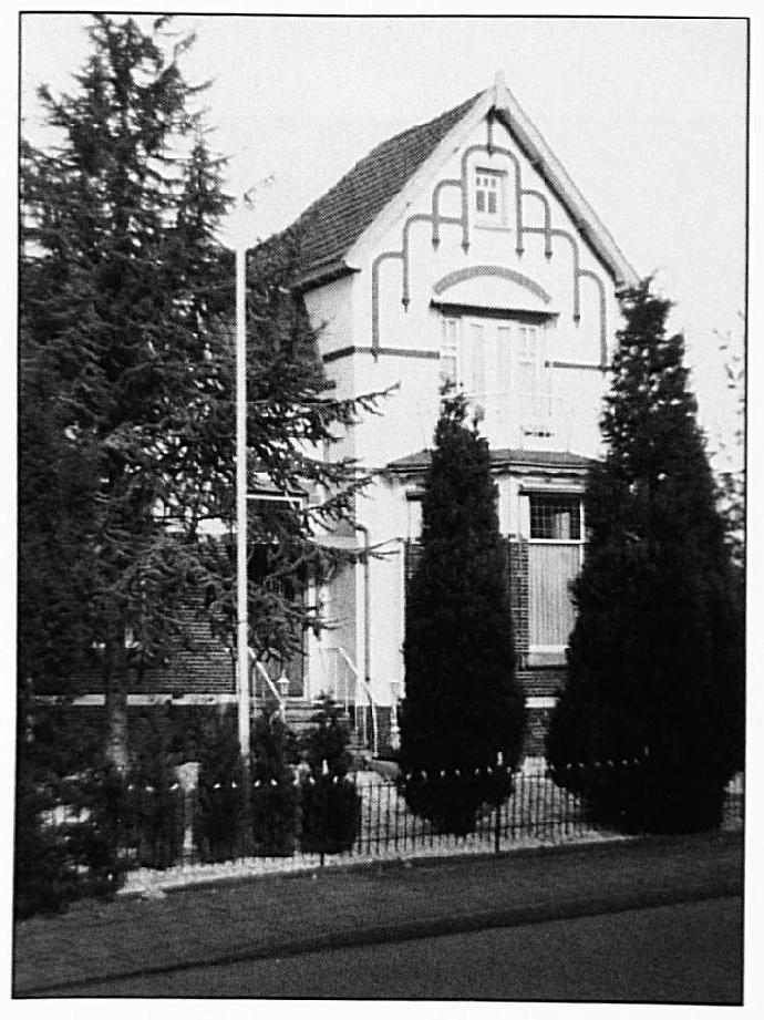 """De Rouwenburg in 1993. Dit huis werd vóór de oorlog gebouwd in de bekende """"Jugendstil""""."""
