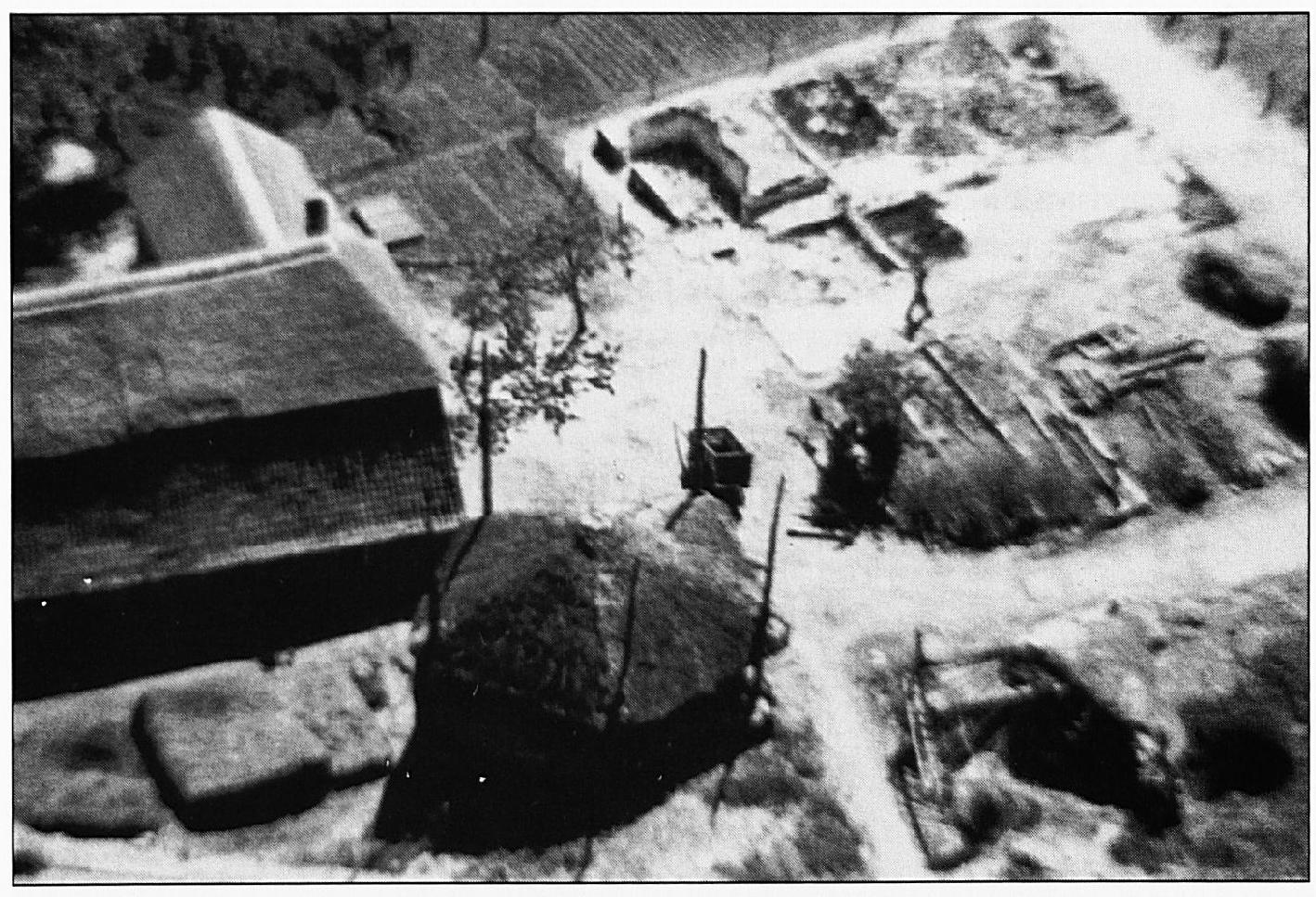 """De oorspronkelijke """"Rouwenburg"""". Deze boerderij heette rond 1600 nog """"Ravenburg"""". Deze foto werd kort na de oorlog genomen. Het eigenlijke woonhuis rechts boven is volledig vernield. Links staan de grote schuur en de hooiberg. Deze hooiberg komt ook voor op de minuutkaart uit 1821."""