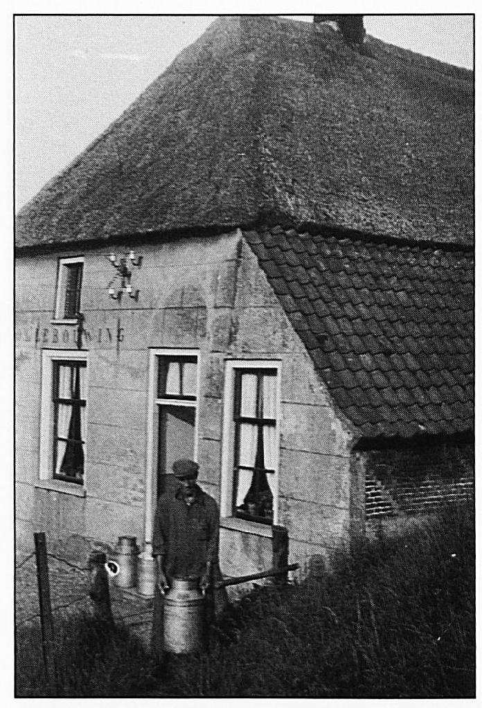 """Het huis """"De Pollebouwing"""". Dit huis stond aan de Oude Wiel, op de plaats waar aan de oost zijde van dit water een soort landtong te vinden is, op de afbeelding hiernaast is dat duidelijk zichtbaar."""