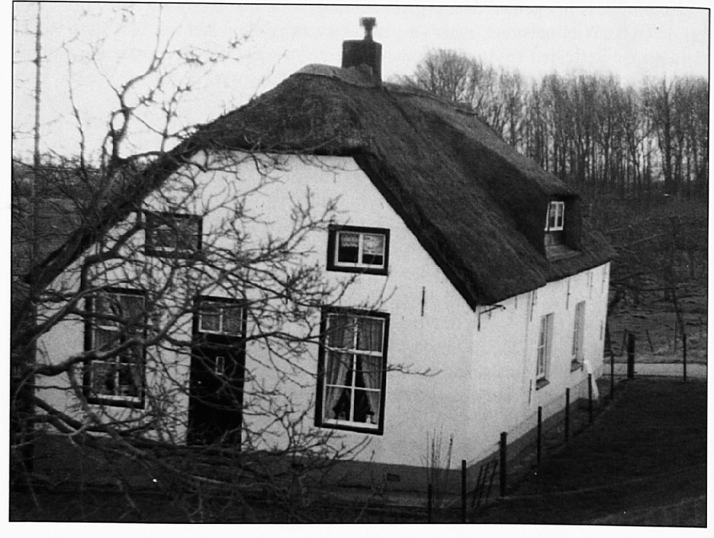 Deze boerderij, nu bewoond door de fam. v.d. Hurk, is zeer oud. Een vijftigtal meter verder oostelijk stonden ook diverse gebouwen.