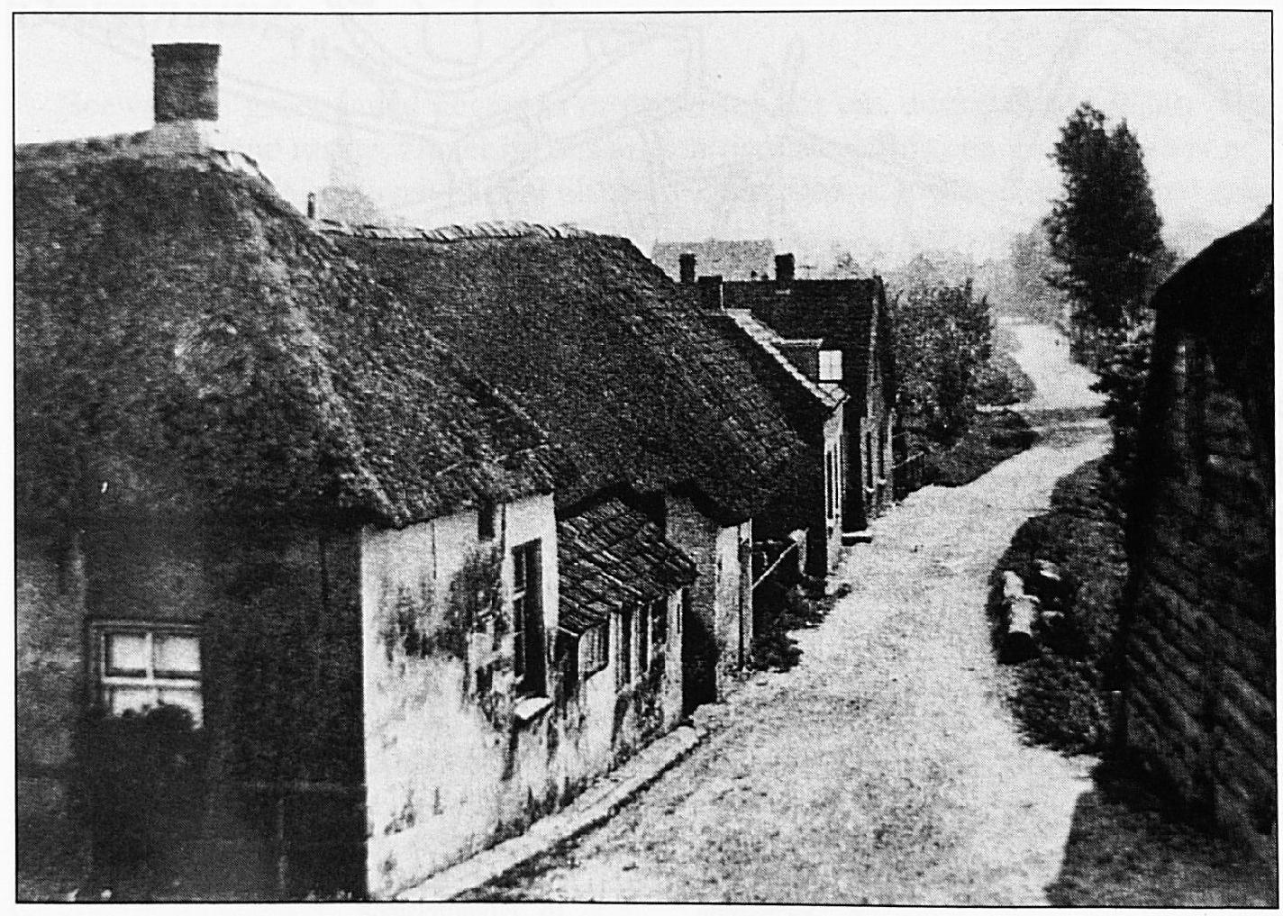 De Lakenstraat, ver voor de Tweede wereldoorlog, gefotografeerd vanaf de Dijk, ter hoogte van de Waalsteeg.