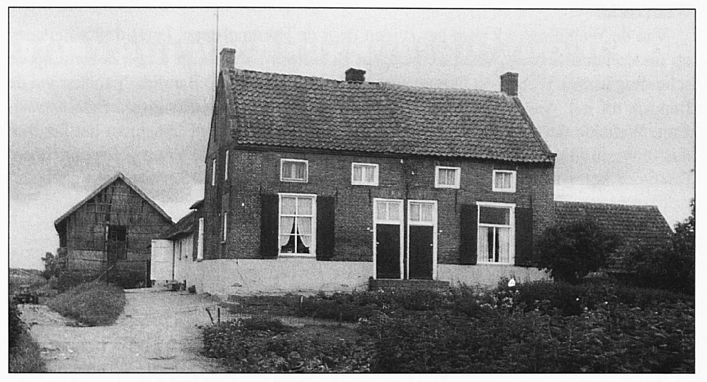 """Moeten we hier misschien """"Johan Spaens Wylhelms hofstat"""" zoeken, die in 1567 genoemd wordt bij de beschrijving van de Tiendblokken ? Het is een foto van de oude boerderij op """"De Hucht"""" aan de Hogeweg. Oorspronkelijk moet het één boerderij geweest zijn, daarvoor werden aanwijzingen gevonden bij de verbouwingen aan dit pand."""