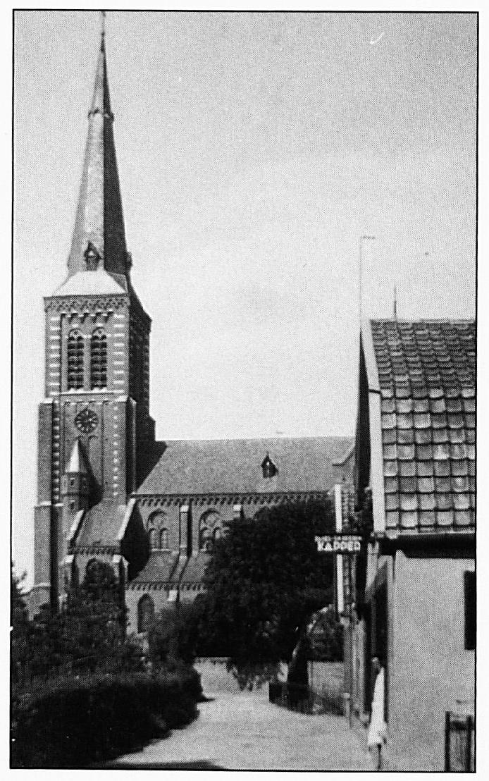 """In deze straat, de Kloosterstraat, brandden in 1874 vrijwel alle huizen af. Men keek toen uit op de """"koepelkerk"""". Ook tijdens de laatste fase van de Tweede Wereldoorlog werd dit gebied zwaar getroffen, omdat het in het schootsveld lag van de beschietingen op de kerk."""
