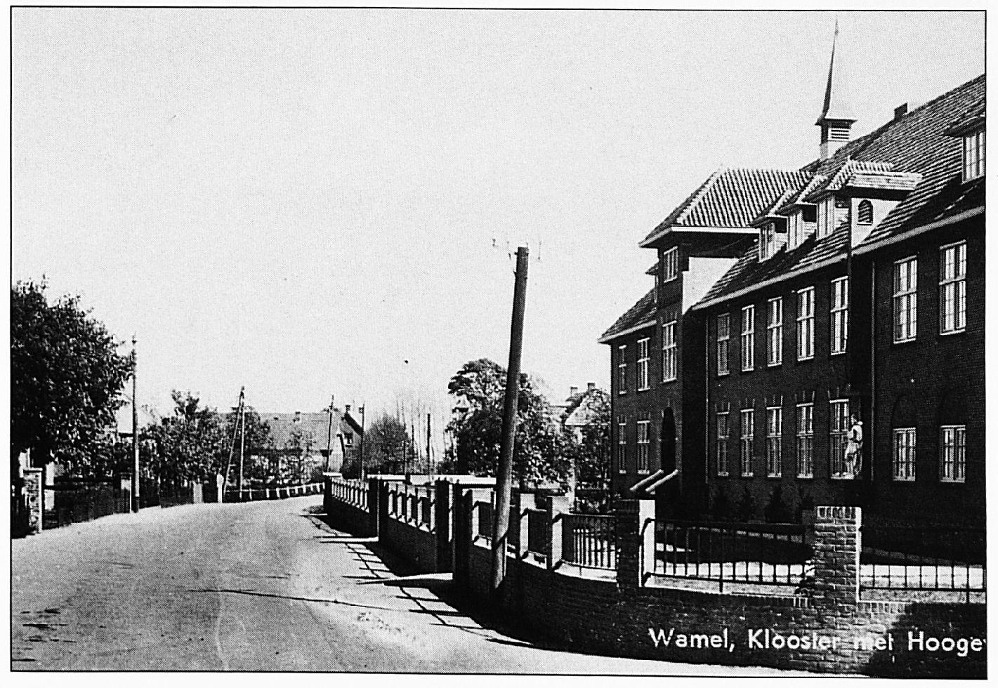Huize Henricus. Dit deel van de huidige Dorpsstraat heette destijds nog Hogeweg. De naamsverandering werd begin jaren zeventig doorgevoerd bij de rioleringswerkzaamheden.