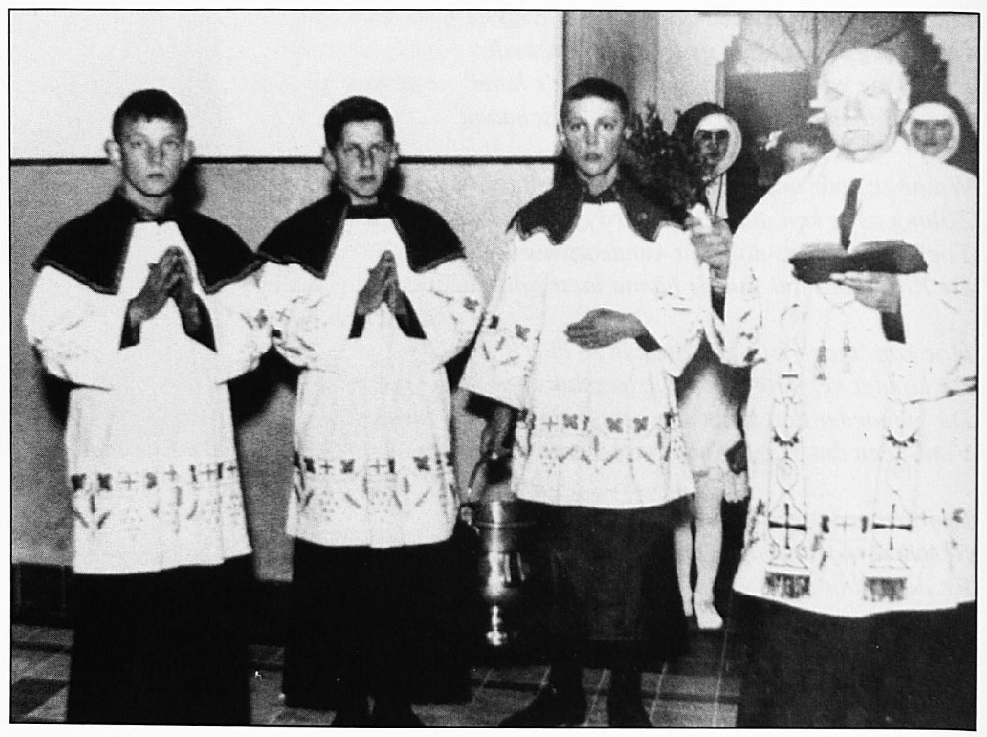 Pastoor Heurkens met zijn misdienaren tijdens de inzegening van Huize Henricus.