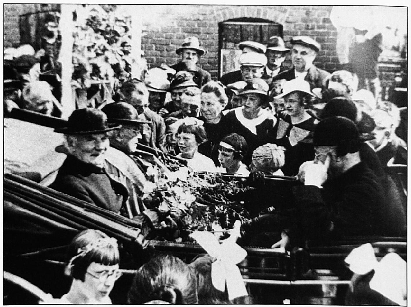 Pastoor Heurkens in een rijtuig, vergezeld door burgemeester Ditters en Mgr. Prinsen. Het was zaterdag 20 juni 1936, toen hij feestelijk werd ingehaald t.g.v. van zijn gouden jubileum.