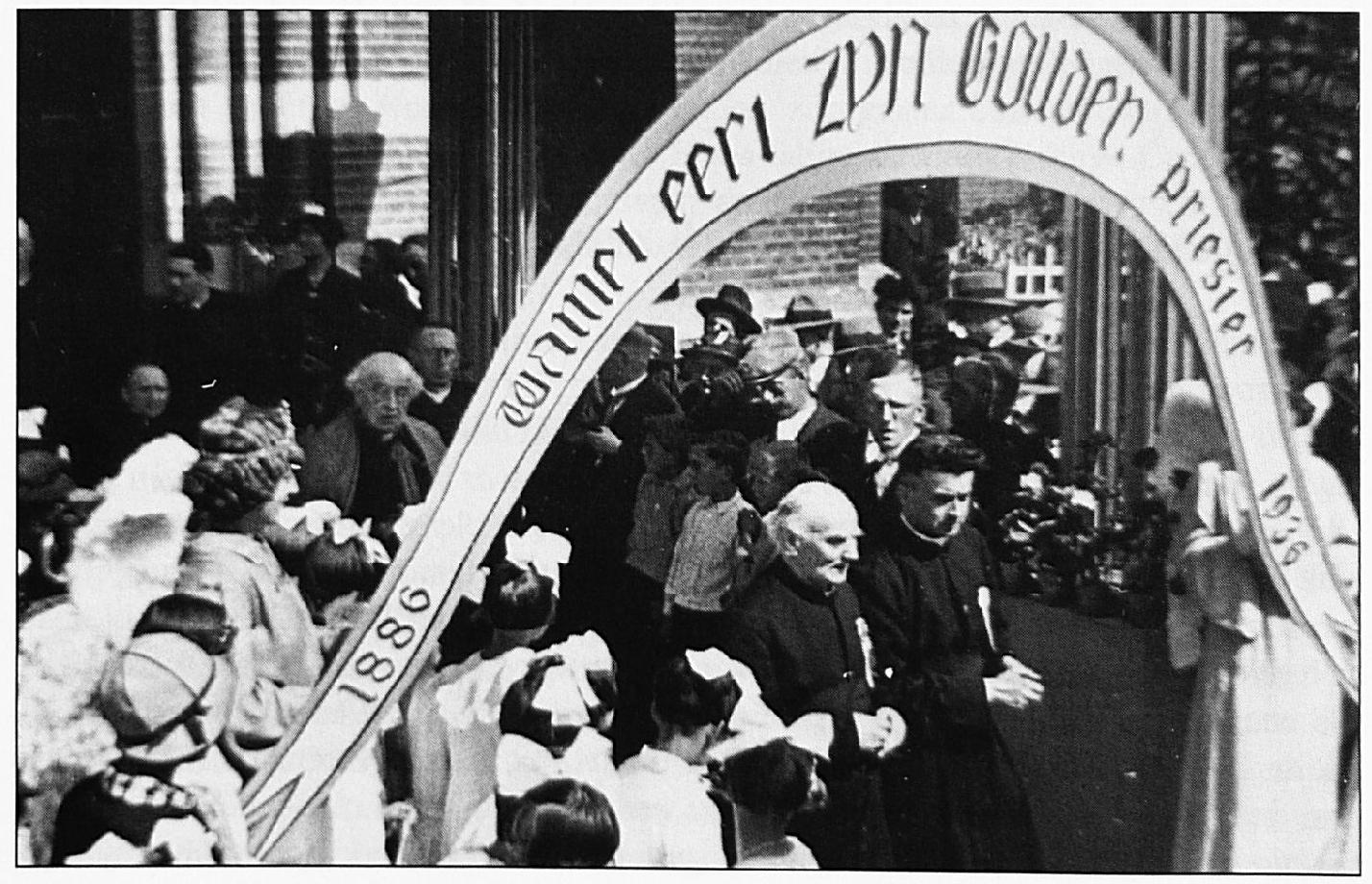 """""""Wamel eert zijn gouden priester"""" lezen we op de ereboog. Pastoor Heurkens komt de kerk uit tijdens de festiviteiten rond zijn 50-jarig priesterjubileum."""