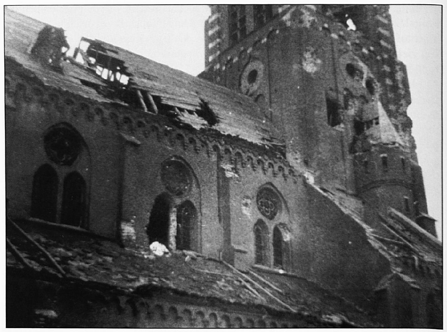 De zwaar gehavende noordgevel van de Wamelse parochiekerk.