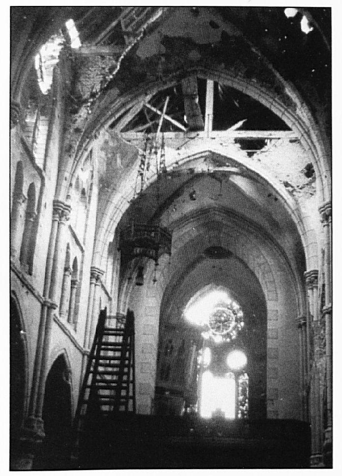 Dit bleef er over van het prachtige interieur van de kerk. Deze foto is genomen vanaf het altaar naar het koor van de kerk. Links hangt het orgel scheef aan de muur.