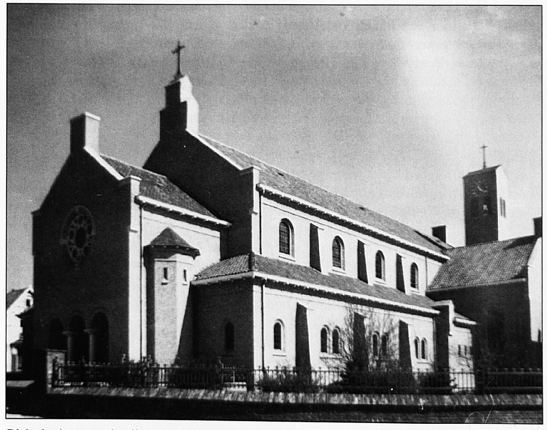 Dit kerkgebouw zou herrijzen op de plaats waarde oude kerk was vermorzeld.