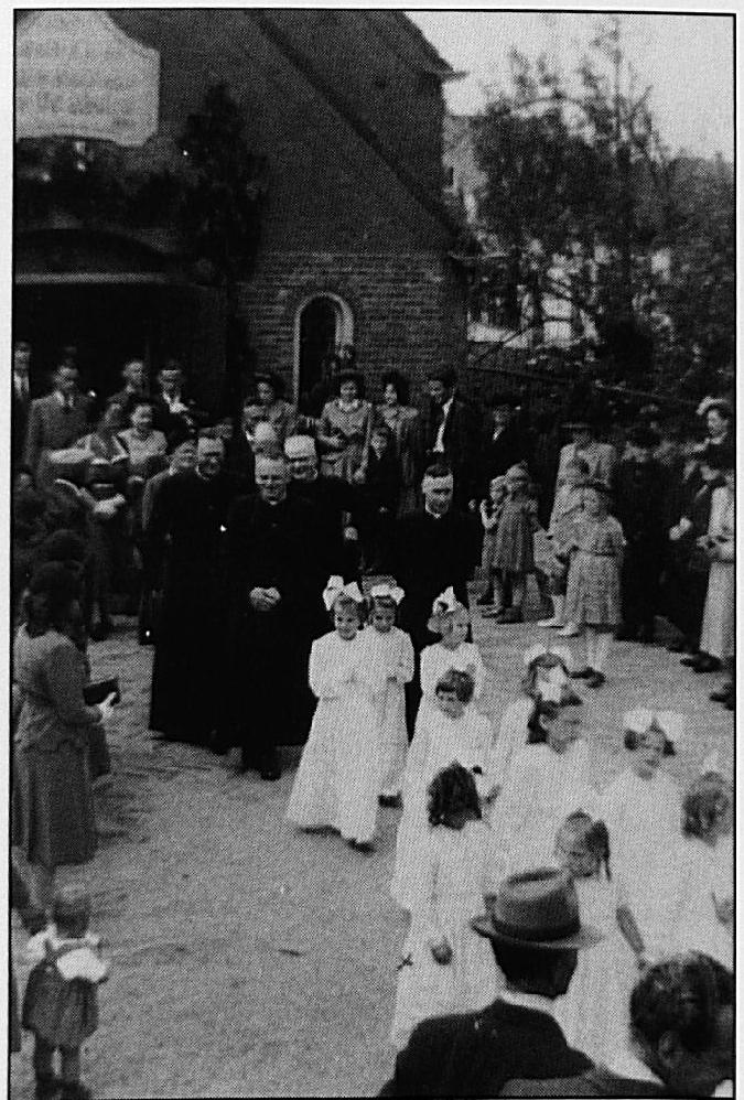 Pastoor Van Bakel vierde zijn 25-jarig priesterjubileum in de Noodkerk, het voormalige gymnastieklokaal stond op de plaats waar nu het parkeerterrein ligt tegenover het Vrije Tijdscentrum.